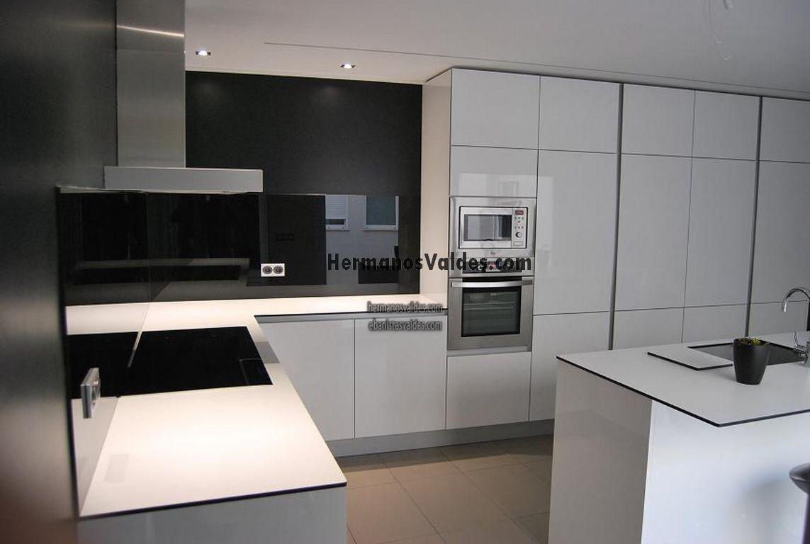 Cocinas con pared de cristal dise os arquitect nicos for Muebles de cocina modernos con isla