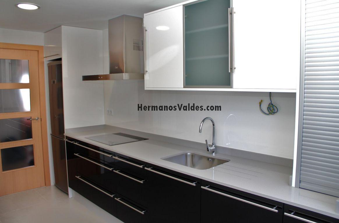 Muebles de cocina hermanos vald s armarios y for Persianas para muebles de cocina